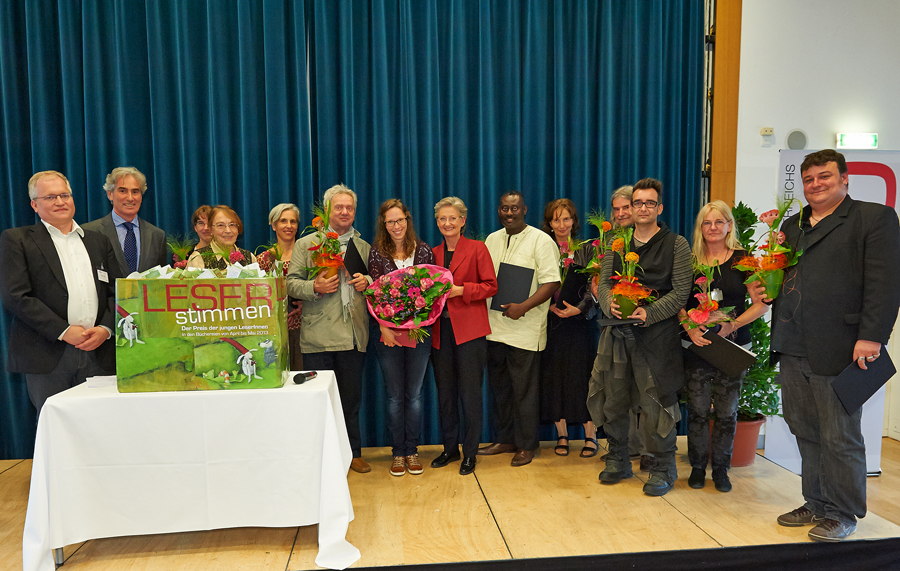 LESERstimmen-Preisverleihung: Markus Feigl, Gerald Leitner und Claudia Schmied mit LESERstimmen-AutorInnen _Copyright BVÖ/Peter Kubelka